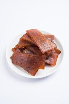 Высушенный на солнце aam papad или кожа индийских фруктов, сделанная из мякоти манго, смешанной с концентрированным раствором сахара. выборочный фокус