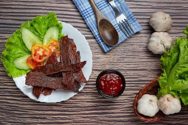 Вяленая говядина, обжаренная с томатным соусом и тушеным рисом