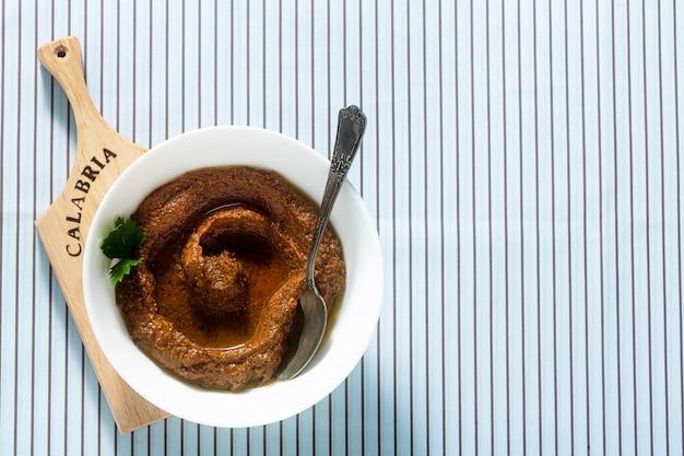 햇볕에 말린 토마토와 호두 전채를 그릇에 담습니다. 이탈리아 남부 지역의 조리법-칼라브리아