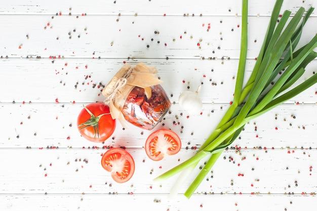 サンドライトマトの上面図。自家製の保存が施された瓶のフラットレイショット。トマトで保存します。