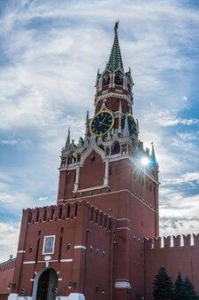 ロシア、モスクワ、赤の広場のクレムリンの太陽フレア。