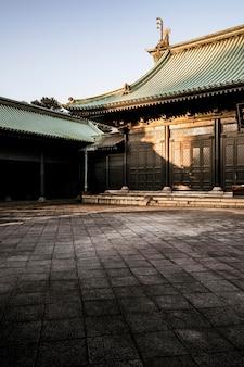 Sole che colpisce il tempio in legno giapponese tradizionale