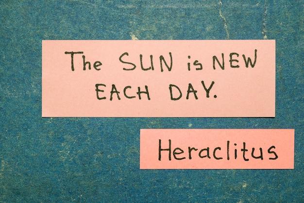 태양은 매일 새롭습니다 - 고대 그리스 철학자 헤라클레이투스는 빈티지 판지 판에 분홍색 메모로 해석을 인용합니다