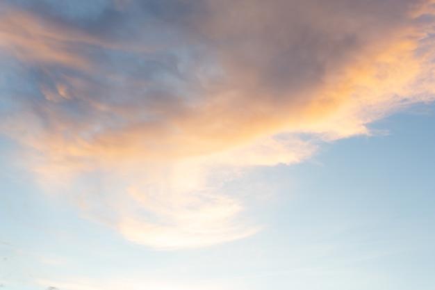 空から見た太陽の光と曇り空