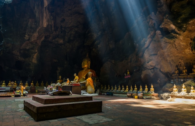 Солнечный свет, солнечный луч в пещере будды, тэм кхао луанг возле пхетчабури, таиланд