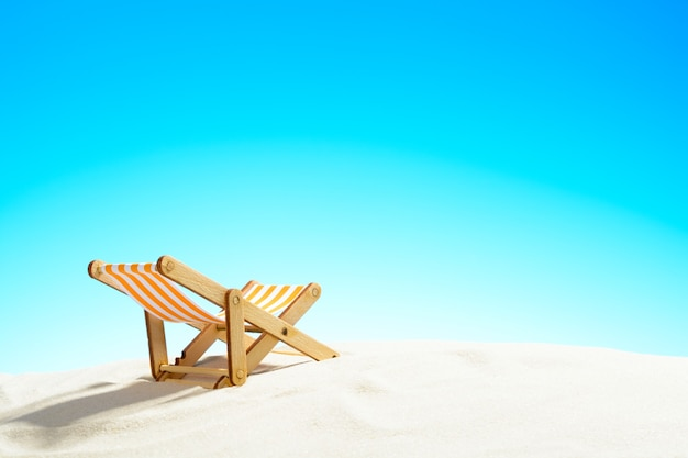 모래 해변에 일광욕 의자