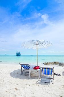 Шезлонги и пляжные зонтики на пляже.