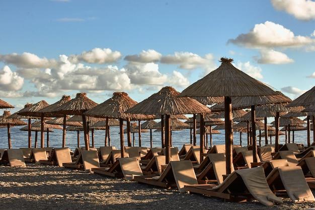 몬테네그로 부드바 해변에 일광욕용 라운저와 파라솔이 있습니다. 유럽. 여행기.