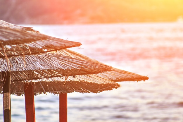 부드바 몬테네그로 태양 플레어의 해변에 일광욕용 라운저와 우산이 있습니다.