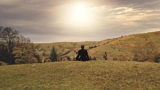 태양 산 정상 공중 비즈니스 남자는 녹색에서 가을 자연 풍경 레크리에이션 휴가를 휴식