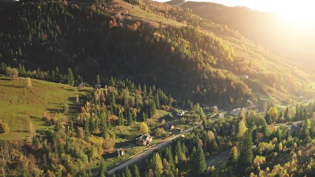 モミの森の空中秋にある太陽の山の村誰もいない田舎道の自然景観コテージ