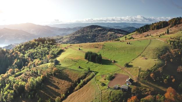 Солнце горная деревня коттеджи воздушные никто природа пейзаж в осенней зеленой долине у сосен