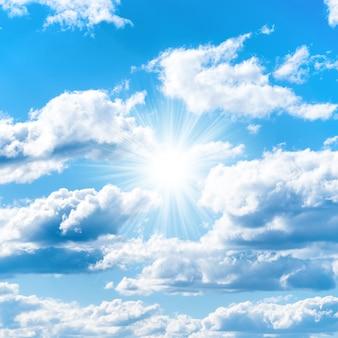 自然の背景として雲と青い空に太陽