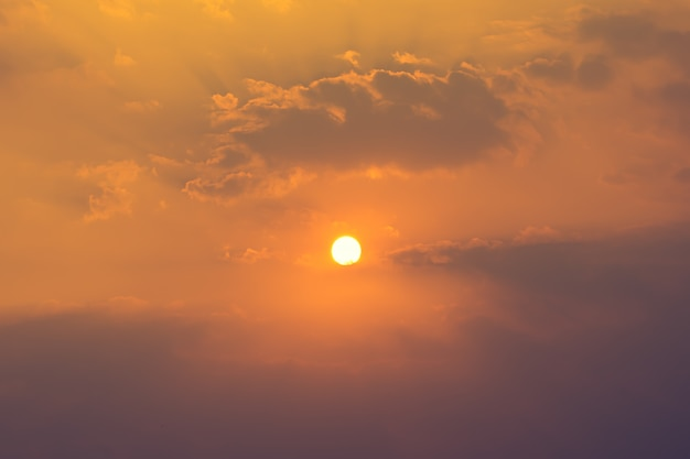 Солнце на небе и облаках летний сезон