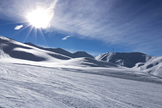 雪に覆われた冬の山々の太陽。オーストリアアルプスの寒い晴れた冬の日