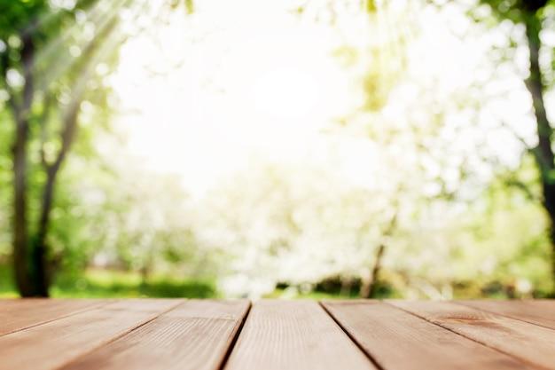 발코니에 나무로되는 갑판에서 흐리게보기에 태양 광선. 고품질 사진