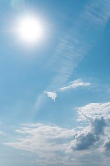 흐린 하늘에 태양 광선