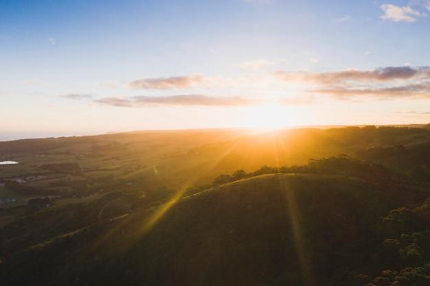 산 위로 떠오르는 태양