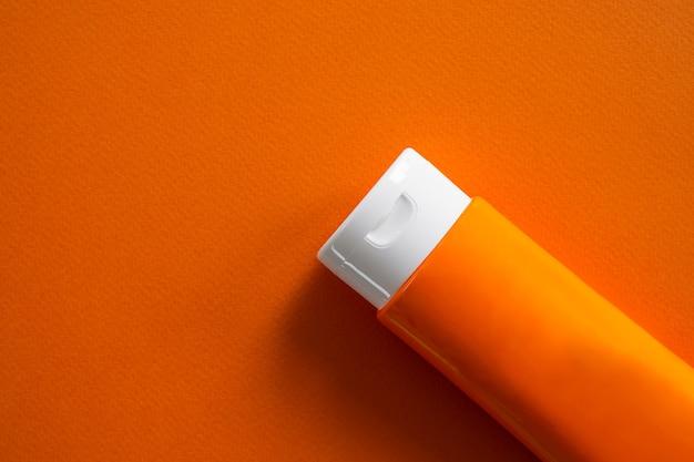 오렌지 바탕에 썬 스크린 튜브입니다.