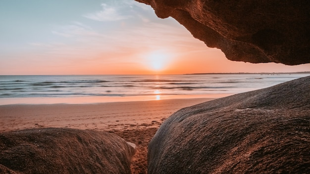ビーチの崖から見た太陽