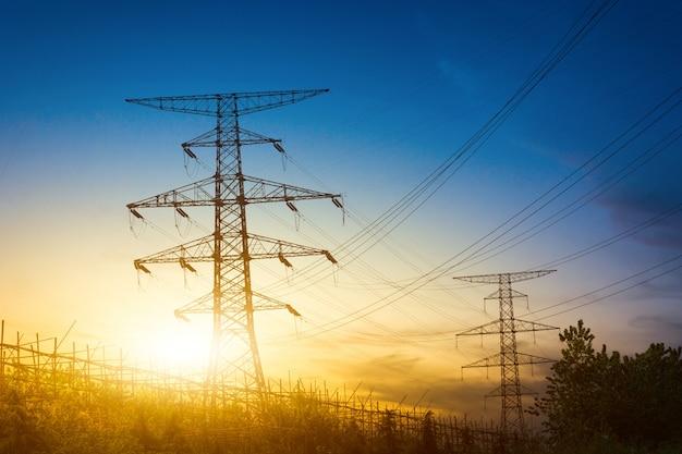 전기 철탑의 실루엣 뒤에 태양 설정