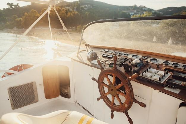 太陽が海の木製ボートに輝いている