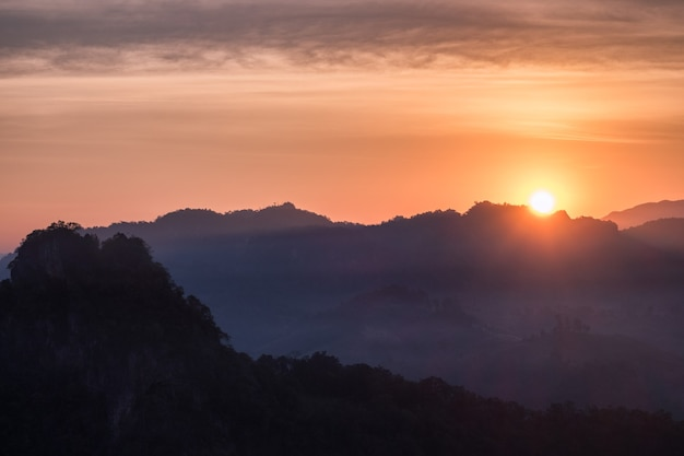 아침에 산에 빛나는 태양