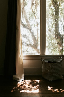 창을 통해 비치는 태양