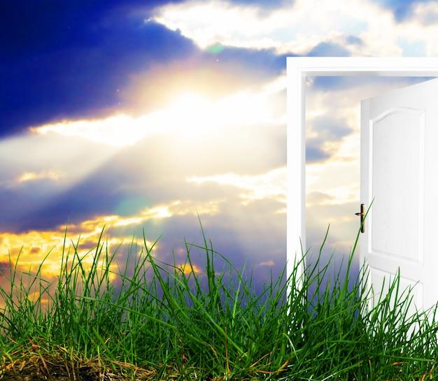 Sole che splende con una porta aperta