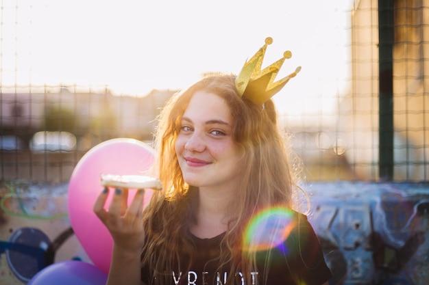 Il sole scintilla abbagliando una ragazza