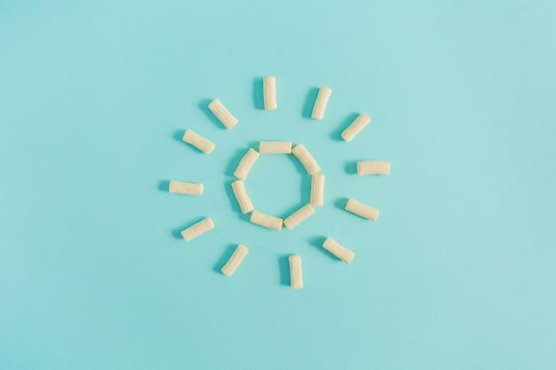 パステルブルーのマシュマロで作られた太陽のシンボル。