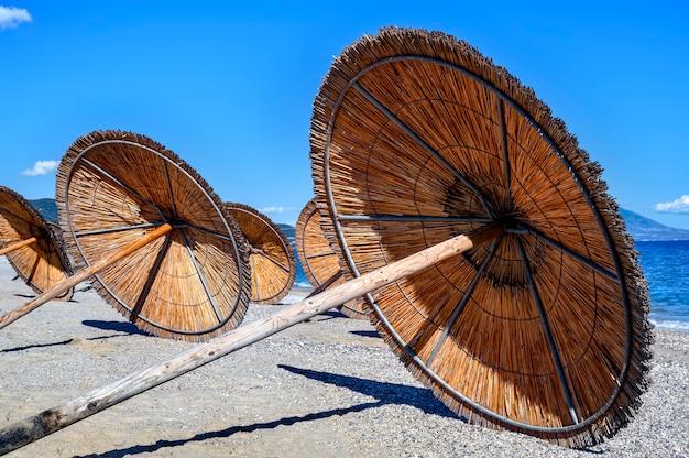 ギリシャ、アスプロバルタのビーチに残されたパラソル