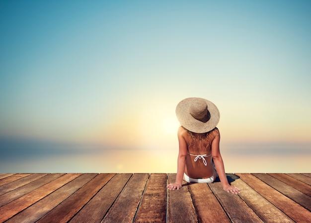 Женщина sunbathe солнечный летний пляж расслабляющая концепция