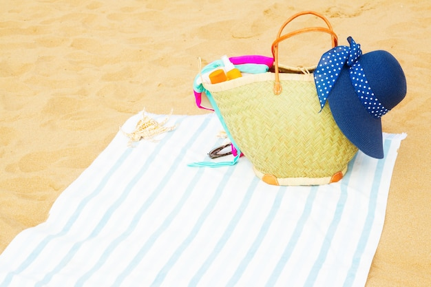 ビーチタオルの大きなストローバッグで日光浴アクセサリー