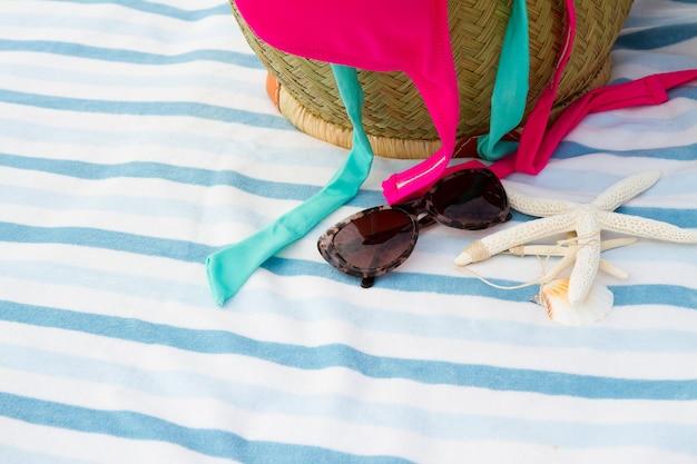 ビーチタオルのストローバッグで日光浴アクセサリー