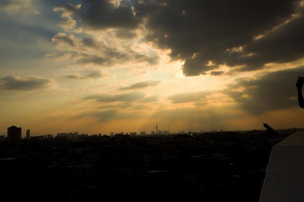 아래 도시 위에 구름을 통해 햇빛