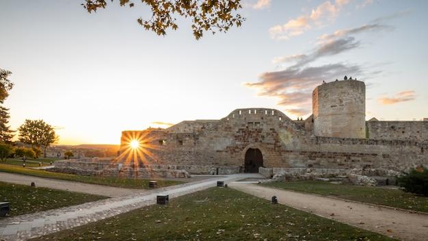 스페인 자모라(zamora)의 중세 성 창에 있는 태양열.