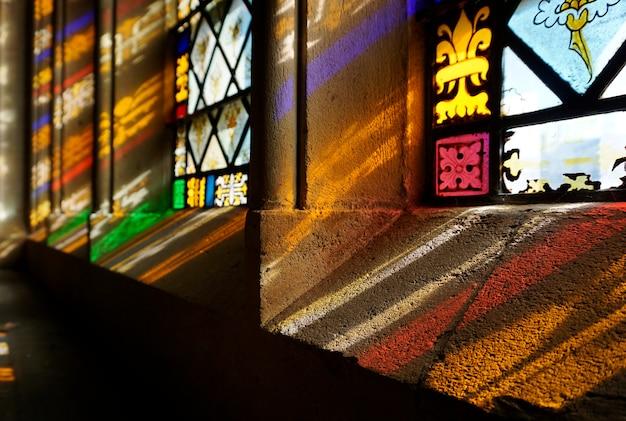 教会の窓を通過する太陽光線