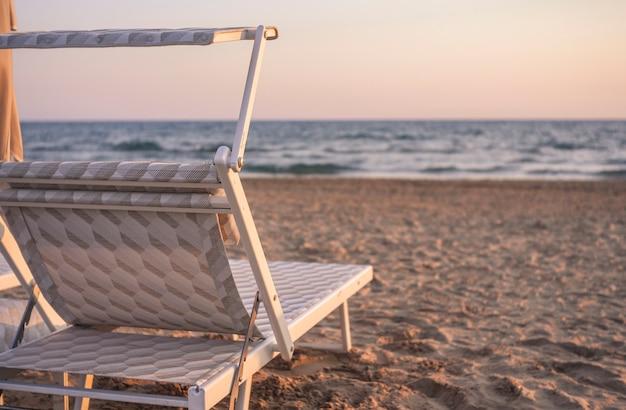 Шезлонг на пляже на закате на сицилийском курорте