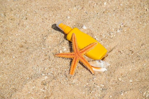 Крем для загара на пляже. защита от солнца. выборочный фокус. натура