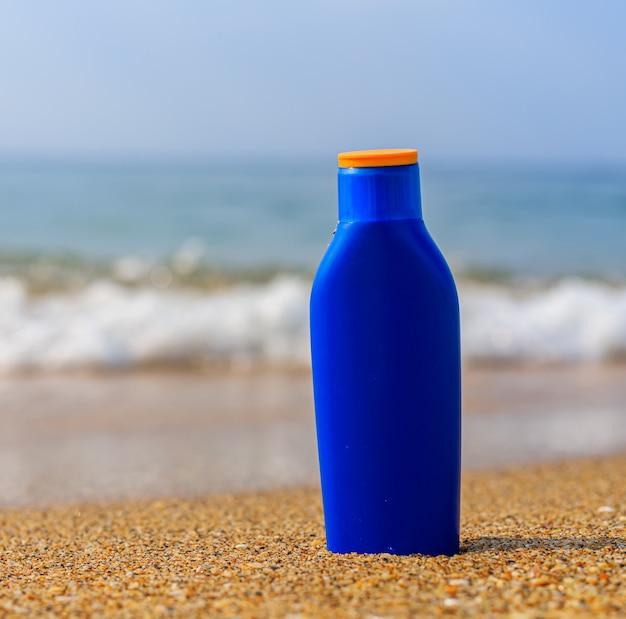 海を背景にした日焼けミルク太陽からの肌の保護uniformtan sfp b