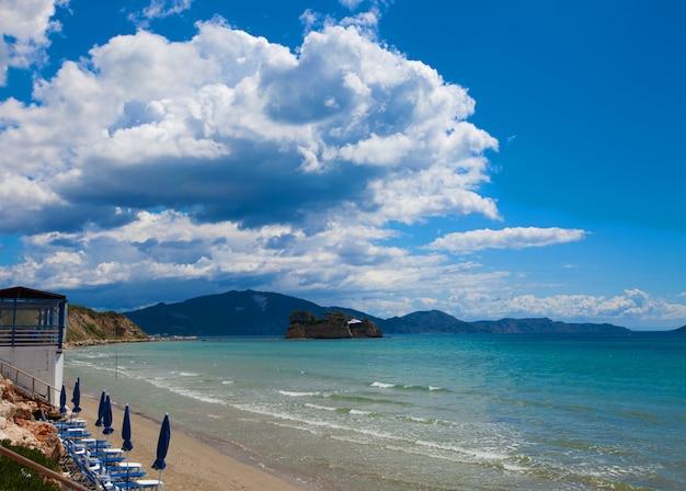 아름 다운 해변에서 우산 선글라스