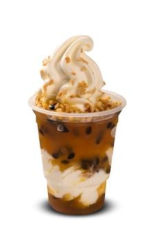 Фруктовое мороженое с сиропом и ароматом маракуйи