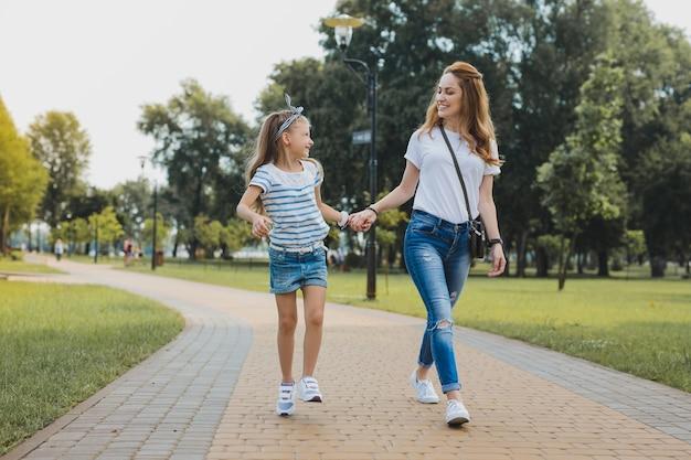 日曜日の朝。週末を一緒に過ごしながら、日曜日の朝に彼女の女の子をカフェに連れて行く陽気な現代の母親