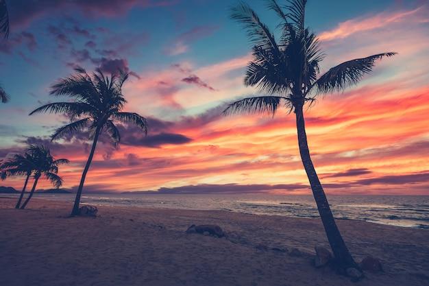 Пляжная сцена на закате для вдохновляющих путешествий