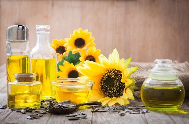 Подсолнечное масло в стеклянной бутылке с семенами