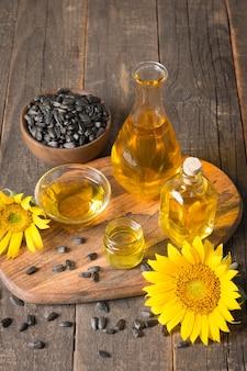 伝統的な素朴な木製の種子とひまわり油