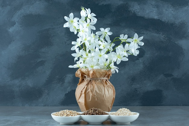 Girasole, semi di zucca e chicchi di riso in tazze bianche. foto di alta qualità