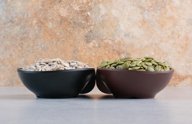 大皿にひまわりの種と緑のカボチャの種。