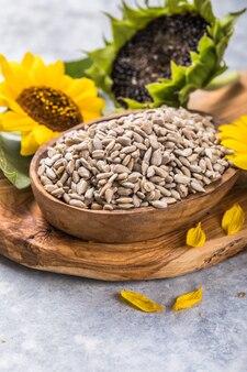ヒマワリ植物と小皿にヒマワリの種
